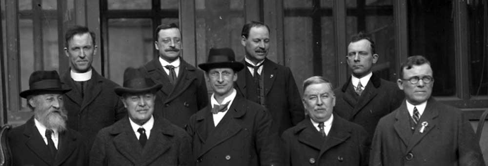 >Members of the Sinn Féin executive: Fr. O'Flanagan, Arthur Griffith, Laurence O'Neill and Dr. Cosgrave, Count Plunkett and Eamon de Valera meet with the Irish-American delegation – Edward Dunne, Michael F. Ryan and Frank P. Walshe, returning from the Paris Peace Conference on April 17, 1919.